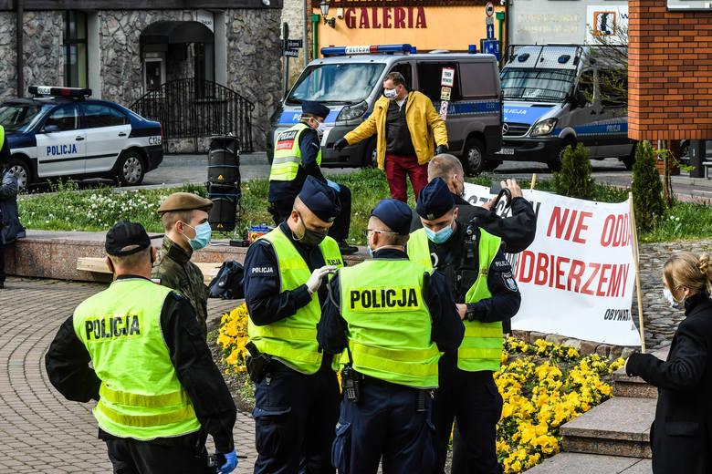 Zdaniem marszałka województwa i sejmikowych radnych, wojewoda powinien wyjaśnić sprawę interwencji policji i sporych sił skierowanych w Bydgoszczy pod