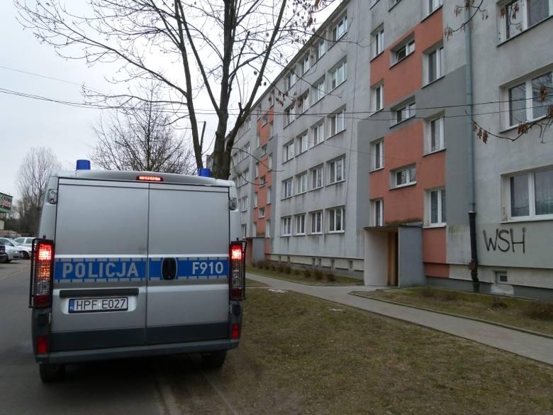 Czwórka oszustów, dwie kobiety i dwóch mężczyzn okradła 73-latka w jego mieszkaniu na Dąbrowie. Emeryt wpuścił ich bo podali się za pracowników administracji,