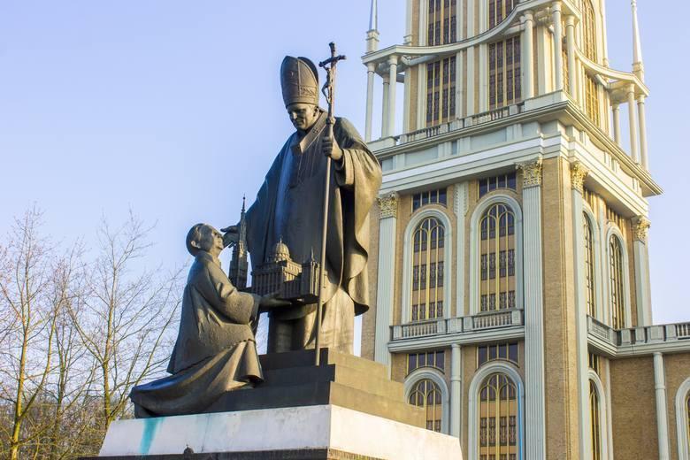 W 1999 roku Jan Paweł II poświęcił w Licheniu pomnik z księdzem Makulskim, który klęczy u jego stóp. Do wtorkowego poranka pomnik mogli podziwiać wszyscy,