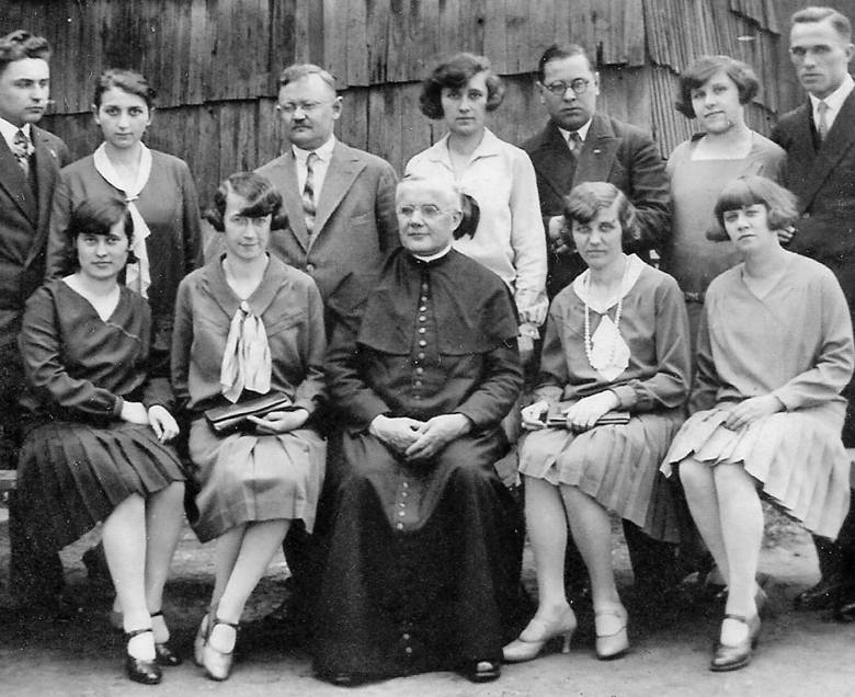 Grono nauczycielskie z Przyszowic (obecnie powiat gliwicki). Początek lat 30. Siedzą od lewej: Stefania Załęcka, Józefa Koterbska, proboszcz ks. Franciszek