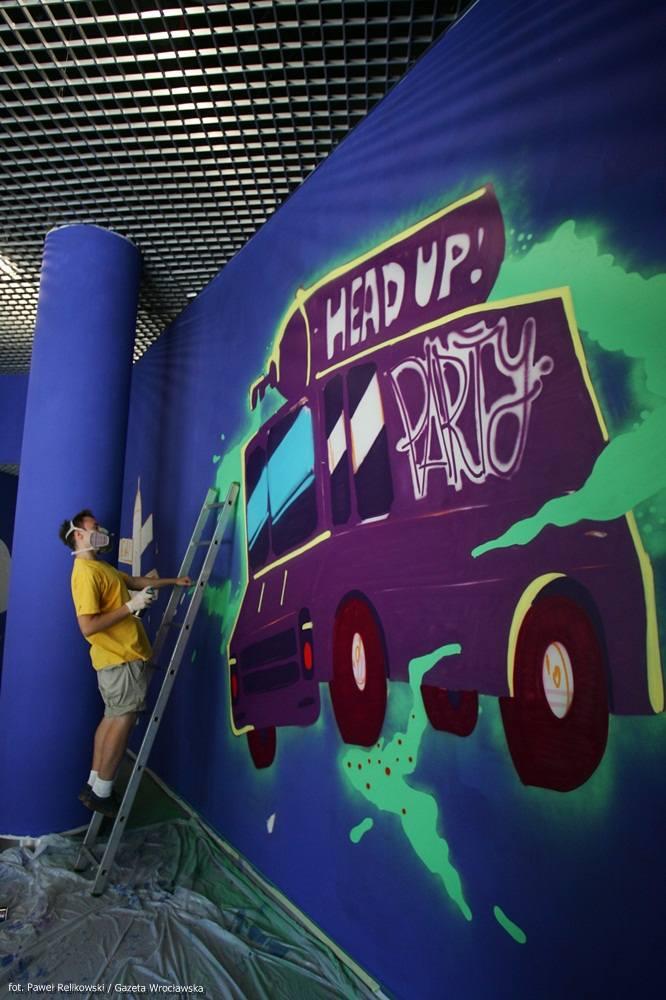 Wrocław: Przy wejściu do Sky Tower powstało graffiti (ZDJĘCIA)