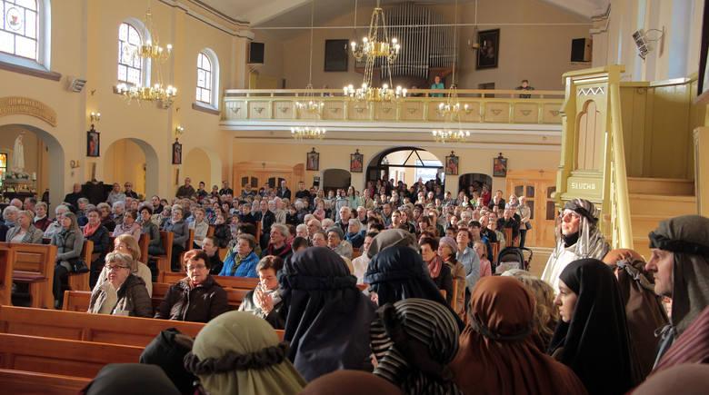 Wielki Piątek. Droga Krzyżowa w bazylice. Widowiskowe misterium zorganizowała parafia w Grudziądzu w ubiegłym roku [wideo, zdjęcia]