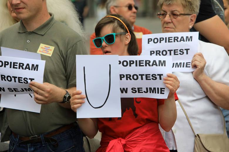 Dziś (21 maja) w wielu miastach Polski zorganizowano demonstracje poparcia dla środowiska osób niepełnosprawnych. Toruńska demonstracja wspierająca walkę