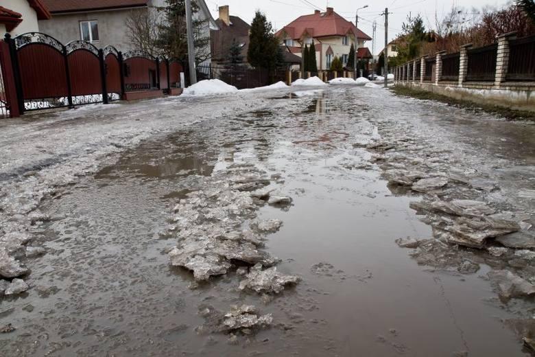 Ulica Wspólna to niejedyna droga z tak fatalną nawierzchnią. Jeszcze gorzej jest na sąsiedniej Braterskiej.