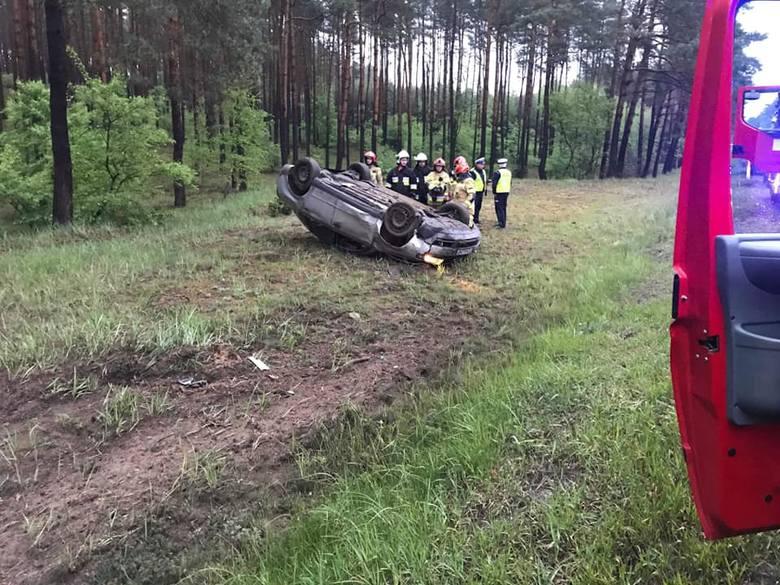 W czwartek (16 maja) nad ranem na drodze krajowej nr 10 pod Bydgoszczą doszło do groźnego wypadku.Jak informują strażacy z OSP Brzoza, do wypadku doszło