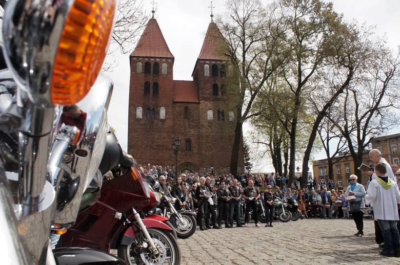 Wielka Sobota, to święcenie potraw w kościołach. Pod Bazyliką Mniejszą w Inowrocławiu odbyła się motoświęconka, zorganizowana przez Raider's Club Inowrocław