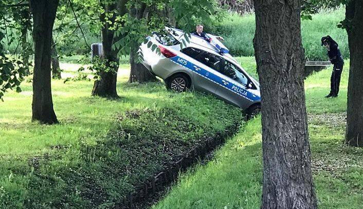 Było to około godziny 19 w parku przy ul. Wierzbowej. Radiowóz wpadł tam do rowu. Zdjęcie najpierw pojawiło się na grupie Kolizyjne Podlasie. - Policjanci