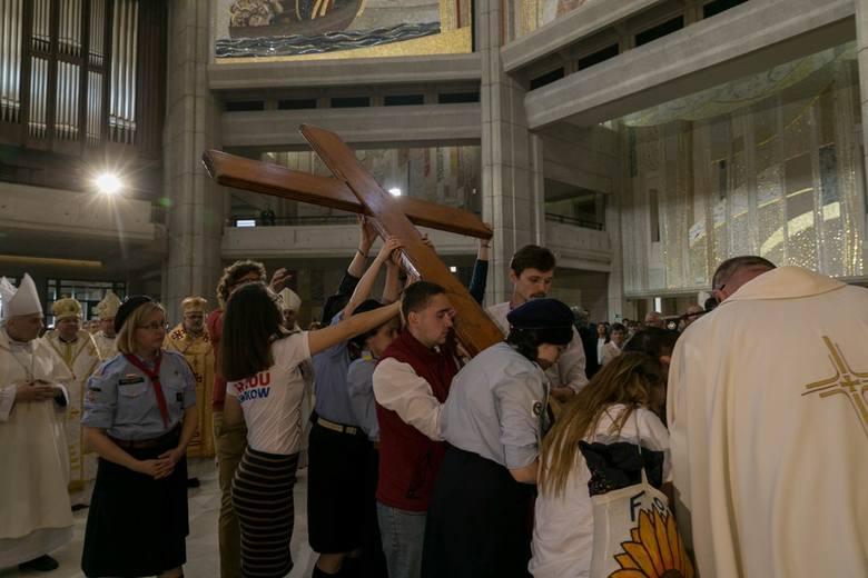 Symbole światowych dni młodzieży: drewniany krzyż i obraz matki bożej