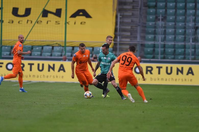 Wspomniany Vesović drugi mecz z rzędu zagrał na prawej obronie. W Atenach wyglądało to słabo, poza asystą - swoją drogą, przy golu Gwilii - występ z