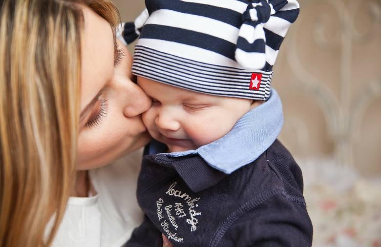 Ten noworodek zmarł przez pocałunek. Teraz mamy także w Polsce ostrzegają rodziców