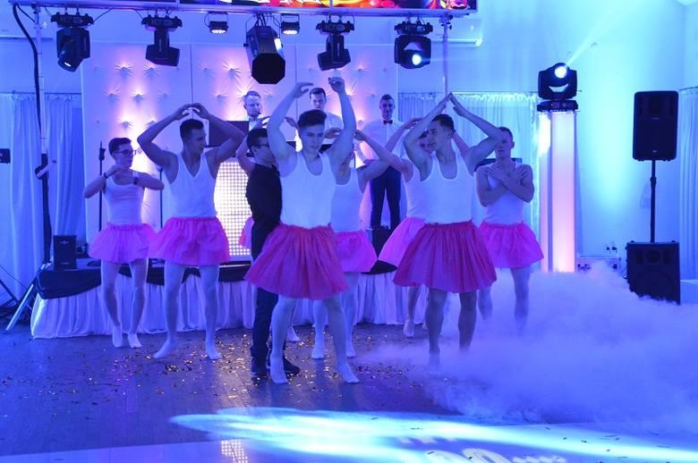 Fantastyczna zabawa, widowiskowe efekty świetlne, gry i zabawy oraz porywająca do tańca muzyka - tak można podsumować tegoroczną studniówkę maturzystów