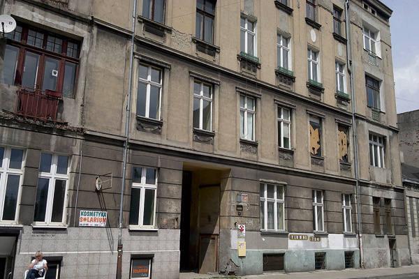 Na działce przy ul. Nawrot 34 do istniejącego frontu kamienicy dobudowane zostaną dwie oficyny, sześciopiętrowy budynek i podziemny garaż pod dziedzińcem.