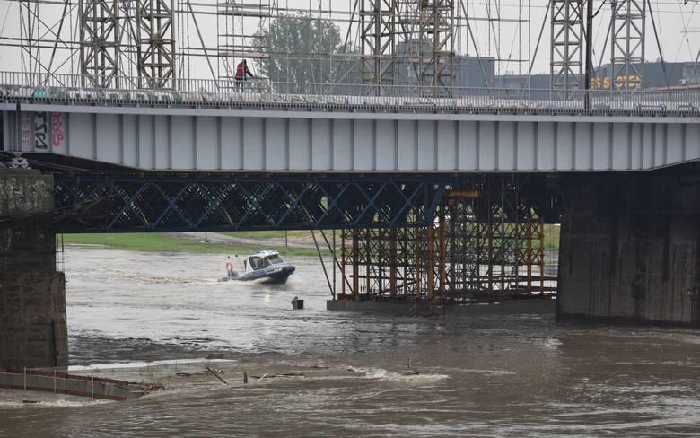 Kraków. Policjanci ratują zagrożoną budowę mostu [ZDJĘCIA]