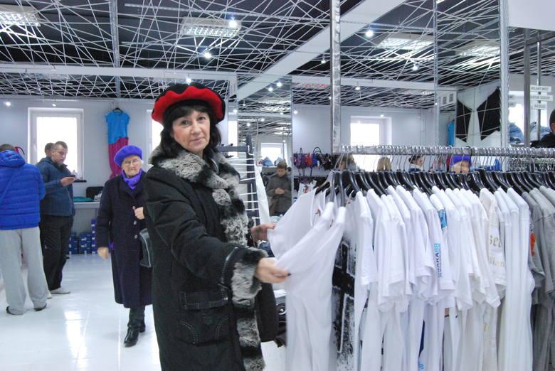 Światowe marki w niskich cenach. Tłumy na otwarciu otwarciu outletu SuperOkazja!Małgorzata Lubawska w Superokazji oglądała między innymi luźne koszulki