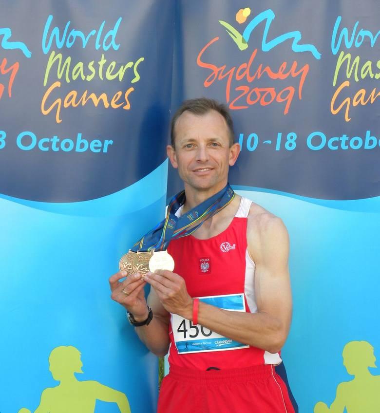 Jerzy Krauze z medalami wywalczonymi w Sydney.