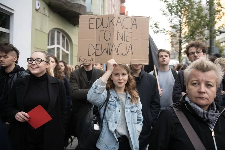 """Obywatelski projekt """"Stop Pedofilii"""", który w ostatnich dniach jest rozpatrywany i głosowany w Sejmie, zawiera kontrowersyjne założenia.Przeciw jego"""