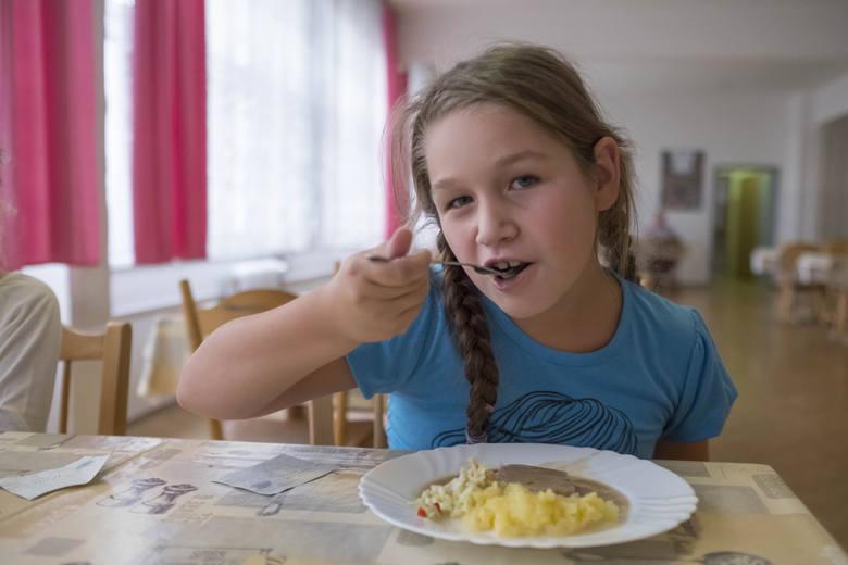 Stołówka szkolna w Szkole Podstawowej nr 31. Dzieci chętnie jedza tu obiady