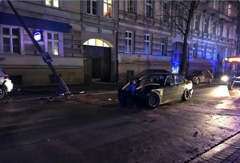 Do wypadku doszło w środę po godzinie 22.30 na ul. Sądowej w Opolu.
