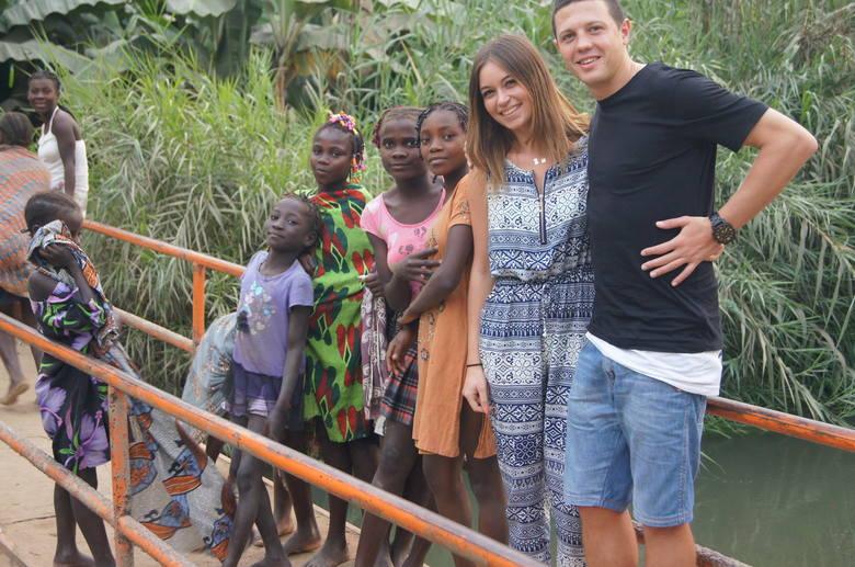 Afryka to nie tylko piłka, ale i wspaniała przygoda. Przez miesiąc towarzyszyła Magdzińskiemu dziewczyna Kinga Jasieniecka.