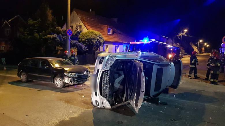 We wtorek (23.04) po godzinie 21 na skrzyżowaniu ulic Banacha i Chrobrego w Słupsku doszło do groźnie wyglądającego zdarzenia 2 samochodów. W wyniku