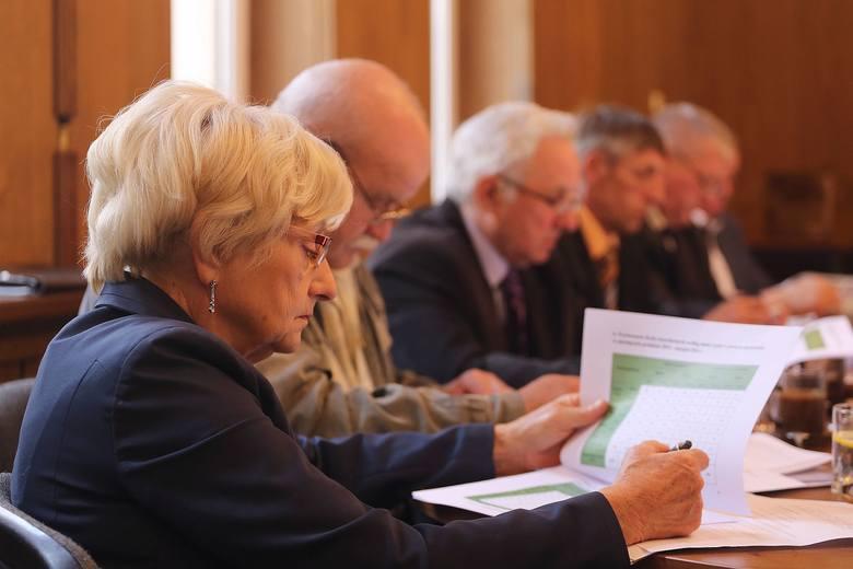 Radna Jadwiga Steinborn zastanawia się nad celowością wprowadzenia ulgi dla właścicieli aut ekologicnzych w Kamieniu