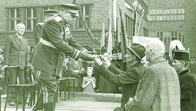 """""""Przekazanie kluczy do miasta przez wyzwolicieli Bytomia"""". Tak zapisano ten dzień.  Po wkroczeniu Armii Czerwonej władze sowieckie"""