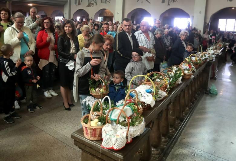 Dziś Wielka Sobota, wierni przychodzą do kościoła, żeby poświecić pokarmy wielkanocne, odwiedzają też Groby Pańskie.Wielka sobota to przedostatni dzień