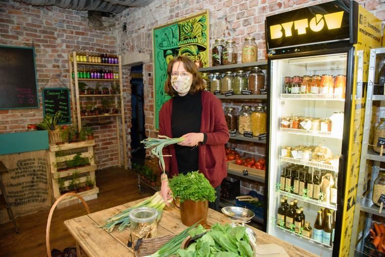 Warzywa i owoce w warzywniaku przy Mostowej sprzedaje między innymi pani Kasia <br />