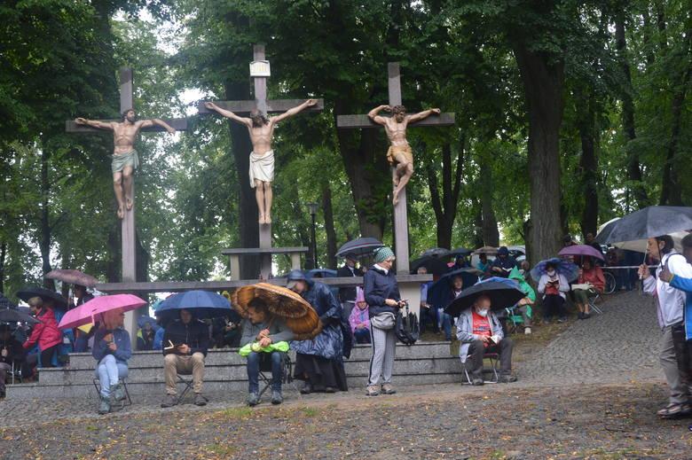 Trwa odpust kalwaryjski ku czci aniołów stróżów na Górze św. Anny. Kilka tysięcy pątników na dróżkach NMP