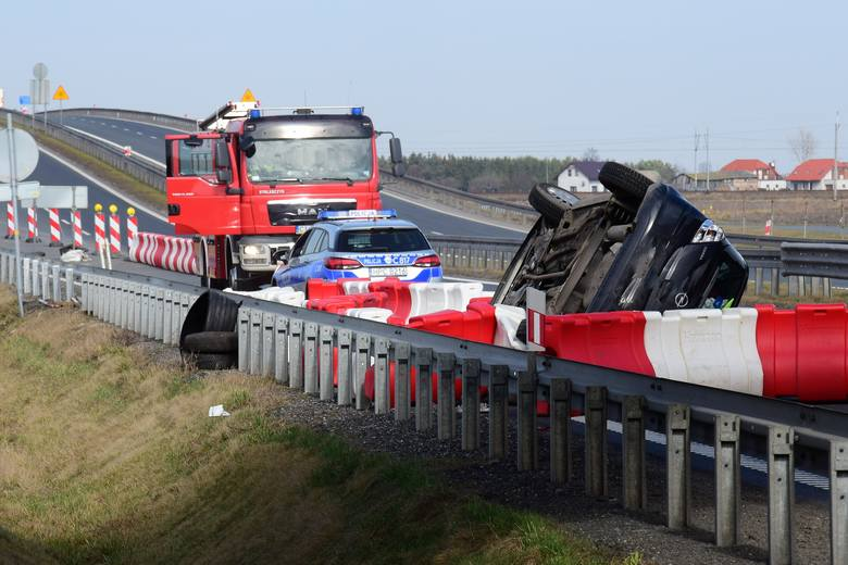Przed południem na obwodnicy Inowrocławia w Sikorowie doszło do groźnie wyglądającego wypadku. Kierowca opla corsy wpadł na bariery ochronne i dachował.