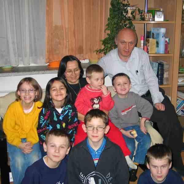 Dobrym przykładem do naśladowania dla rodzin zastępczych jest rodzinny dom dziecka Henryki i Józefa Hałków w Brzozowie.