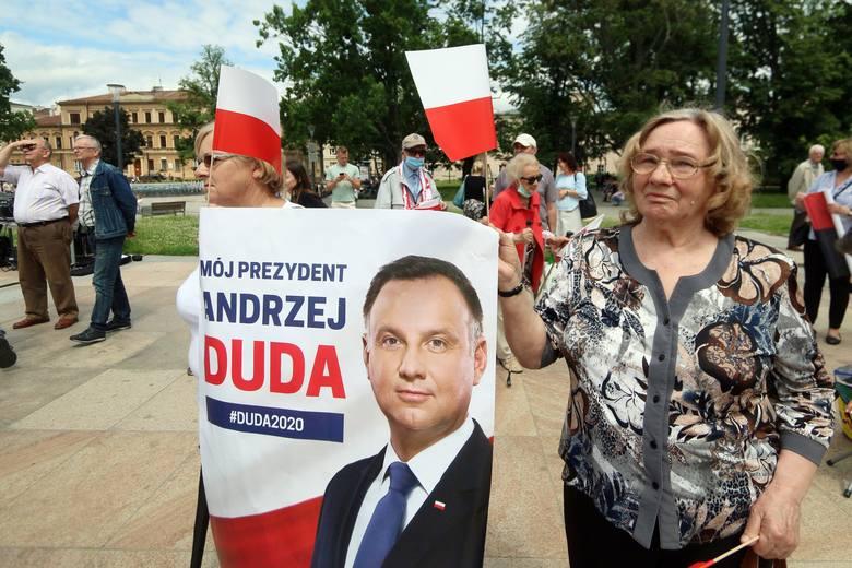 """Andrzej Duda w Lublinie. """"Stoję pod flagą biało-czerwoną"""" - mówił do """"rodaków pod tęczowymi"""". Zobacz zdjęcia i wideo"""
