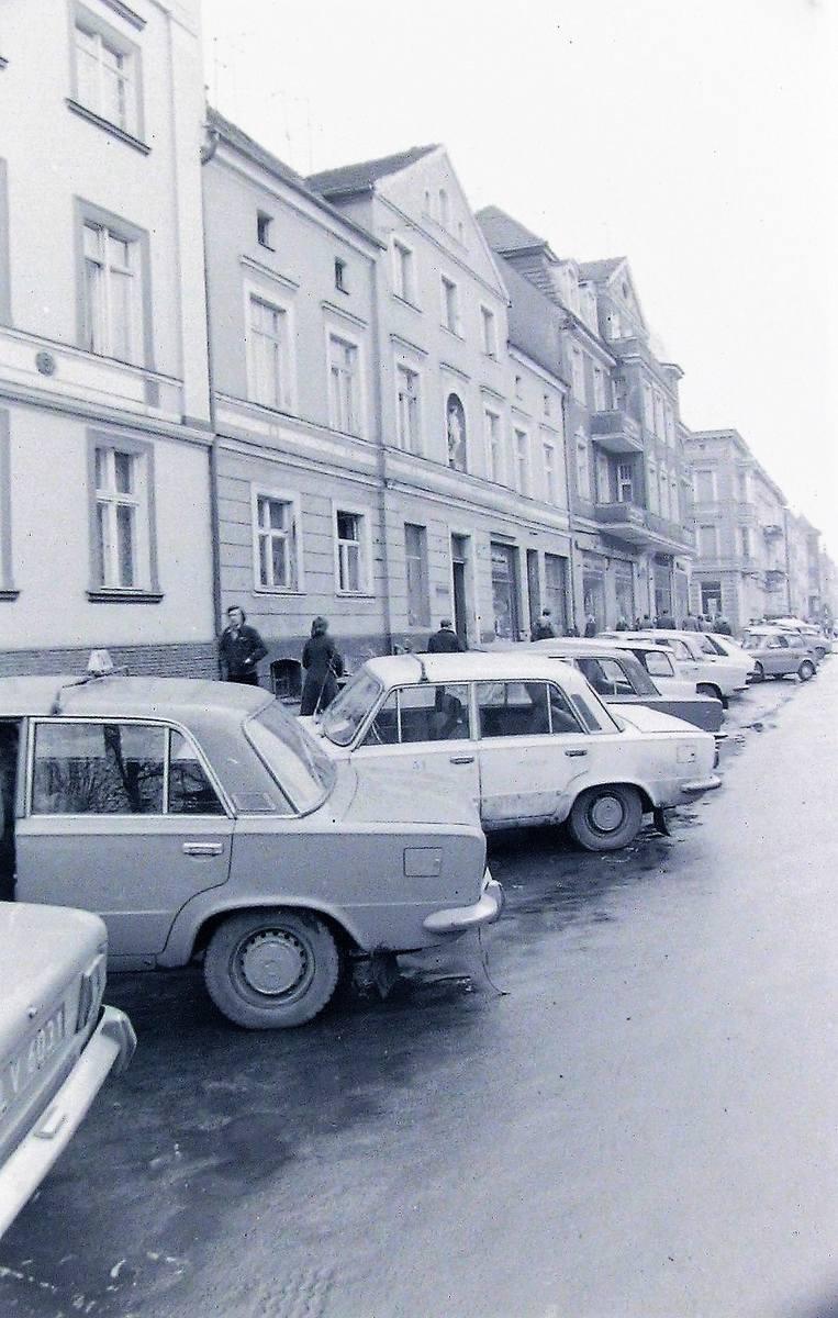 Kwiecień 1980 roku,  lewa strona al. Wojska Polskiego w kierunku dworca kolejowego, widać ozdobną figurkę elewacji posesji nr 43