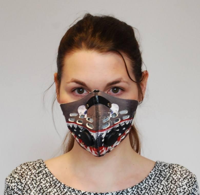 Maska: RZMask * Cena: 125 zł – w tej cenie dodatkowy filtr i etui na maskę, możliwość testowania do 10 dni – koszt przesyłki i jednego filtra (sklep w Krakowie) * Cena filtry: 8,5 zł za jeden lub 24 zł za trzy filtry. Producent podaje, że filtr można stosować przez 20-50 godzin, w zależności od...