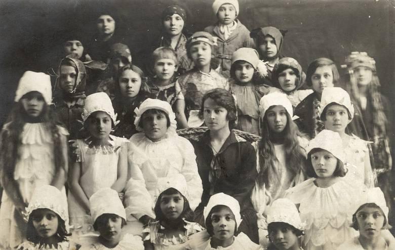 Dobrowoda, rok 1927. Nauczycielka Maria Wojciechowska w towarzystwie jasełkowo przebranych uczniów<br />