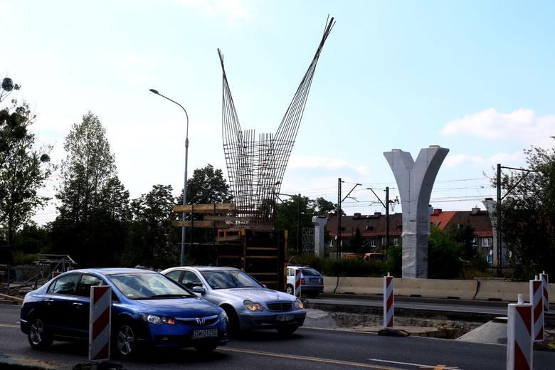 Kładka dla pieszych nad Aleją Jana III Sobieskiego na wrocławskim Psim Polu, z powodu złego stanu technicznego została rozebrana w kwietniu 2018 roku.