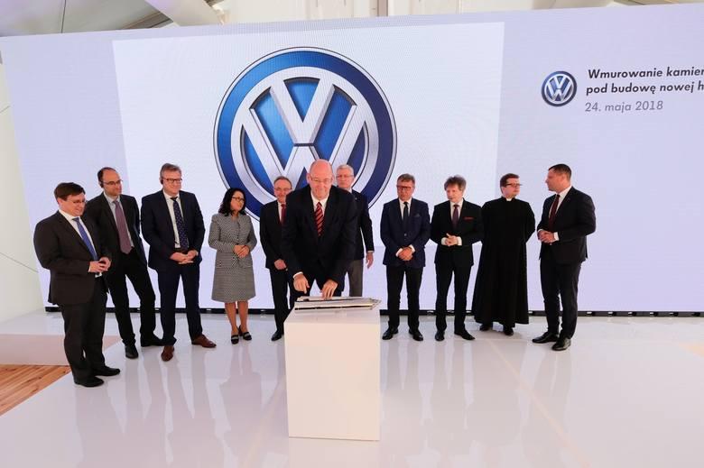 """W kamieniu węgielnym znalazł się także środowy numer """"Głosu Wielkopolskiego"""". Całość została wmurowana pod rozbudowę fabryki Volkswagen"""