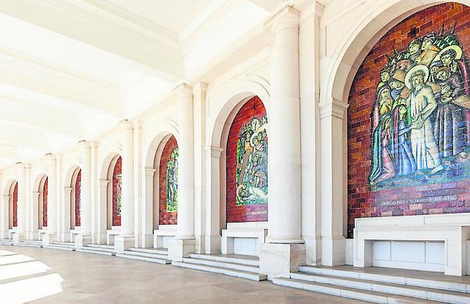 Panele zdobiące kolumnadę bazyliki Matki Boskiej Różańcowej