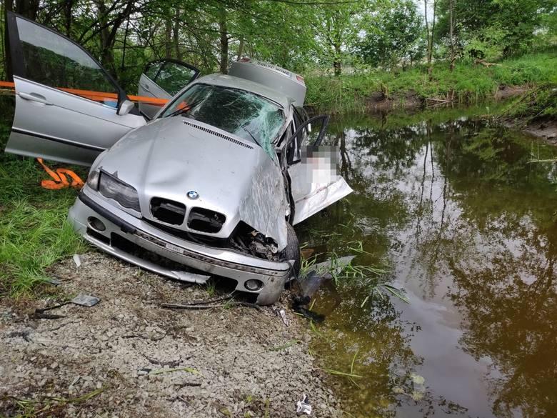 Samochód osobowy marki BMW wypadł z jezdni i zatrzymał się przy korycie rzeki na drodze wojewódzkiej nr 251. Do zdarzenia doszło w miejscowości Tarnowo