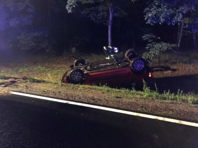 W nocy w Przyłubiu dachowało auto. To kolejny wypadek na drodze krajowej nr 10 między Toruniem a Bydgoszczą. Przybyłe na miejsce służby ratunkowe zastały