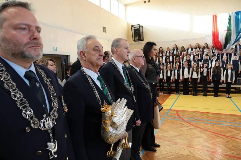 Krakowscy oraz europejscy strzelcy historyczni fundatorami nowego sztandaru dla Szkoły Podstawowej nr 38 im. Bractwa Kurkowego
