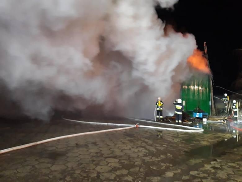 W nocy z niedzieli na poniedziałek w miejscowości Długa Wieś w powiecie tureckim wybuchł pożar w miejscowym tartaku. Jeszcze rano trwało dogaszanie ognia.