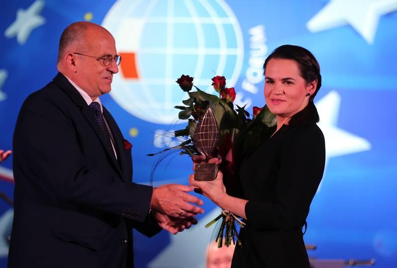 Na samym początku prowadzący przywitali panią prezydent elekt Białorusi – Swiatłanę Cichanouską, co spotkało się z aplauzem publiczności.