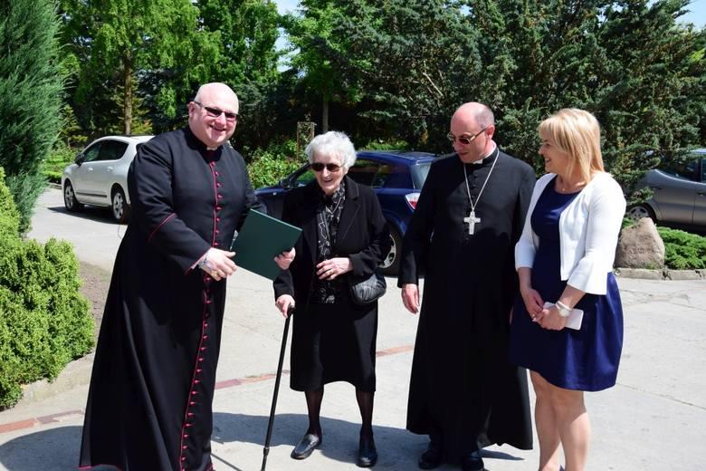 Społeczność Szkoły Podstawowej i parafii w Markowicach zorganizowała uroczystości z okazji Dnia Mamy. Gośćmi specjalnymi byli: prymas Wojciech Polak,