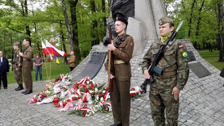 Uroczystości pod pomnikiem bohaterów bitwy pod Monte Cassino