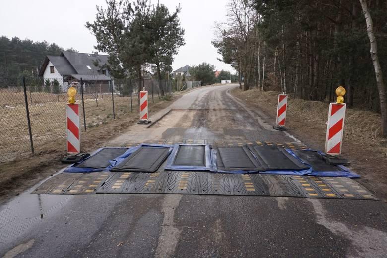 Na przejazdach na granicy strefy zagrożenia ułożono maty