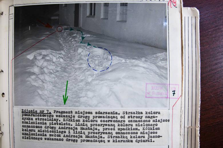 Zdjęcie – szkic sytuacyjny, pokazują trasę przemieszczania się rannego kaprala i miejsce jego upadku.