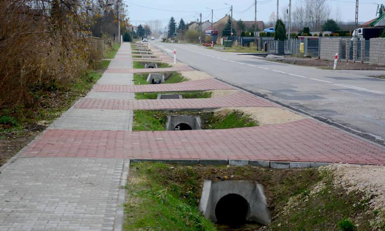 Nowy chodnik przy drodze łączącej Daleszyce i Kranów