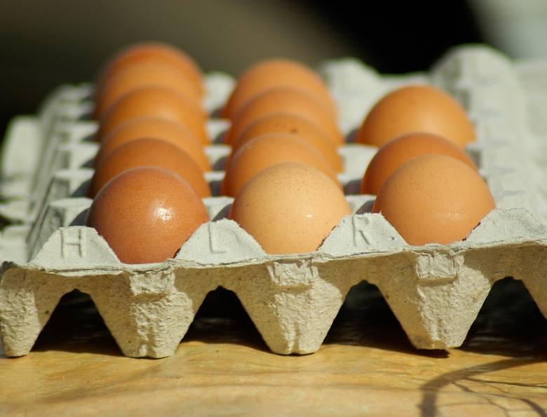 Przygotowując ciasta, pisanki, sałatki czy jajka faszerowane, dobrze jest sprawdzić, czy jajka, które mamy w domu, są świeże. W kolejnych slajdach podpowiadamy,