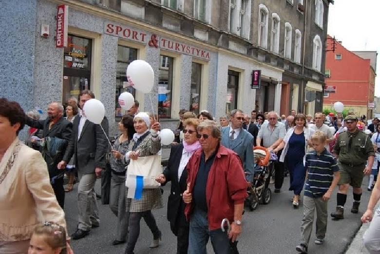 """Ponad 300 osób przeszło ulicami Kluczborka w """"Marszu dla życia i rodziny""""."""